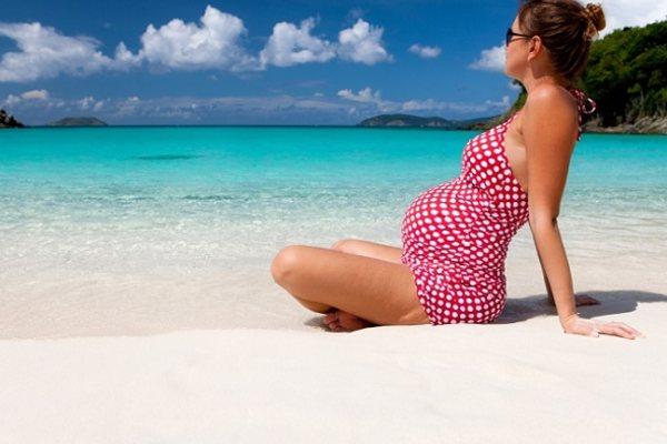 беременная девушка на море